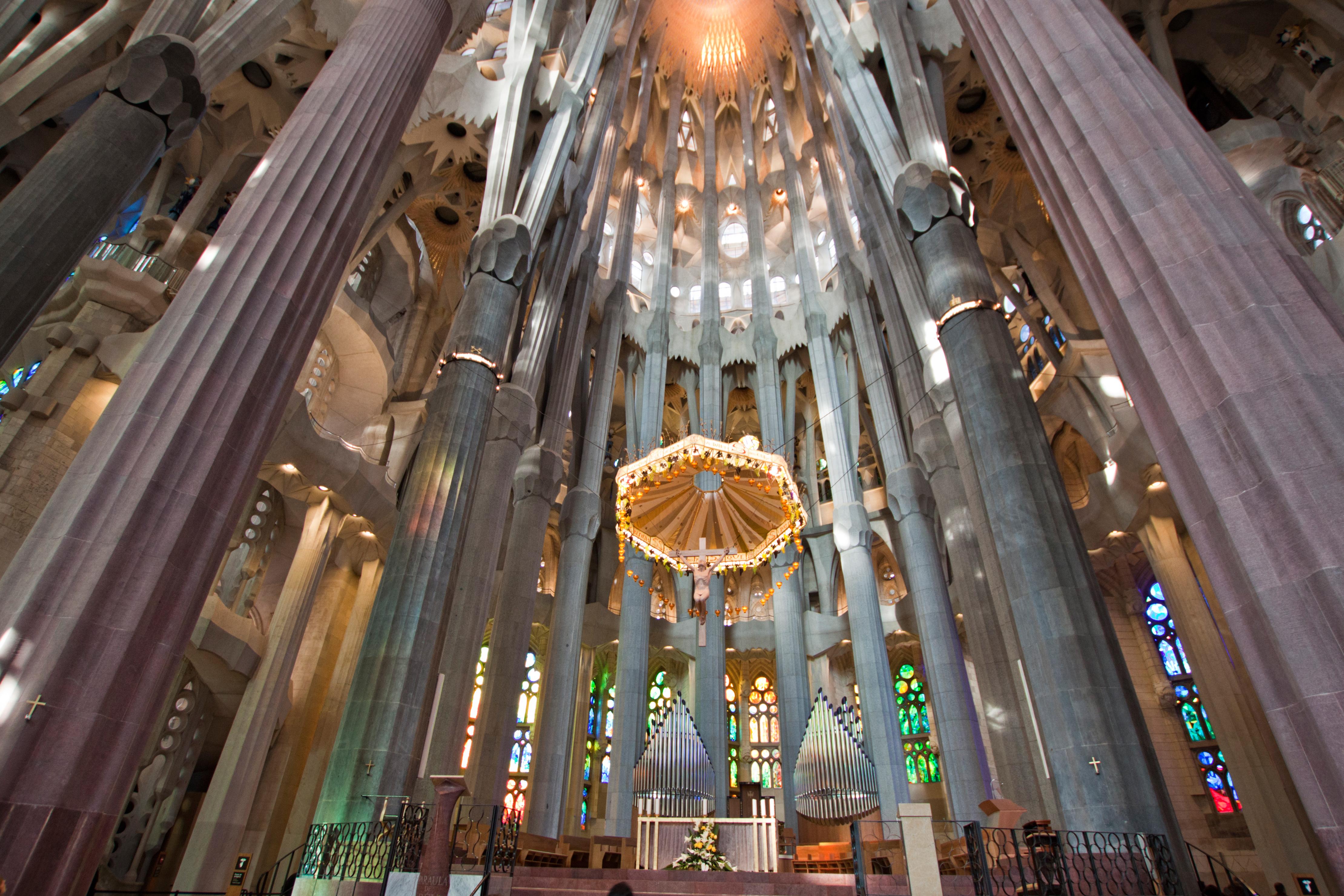 Tour france bordeaux barcelona spotlight the sagrada for La sagrada familia interior